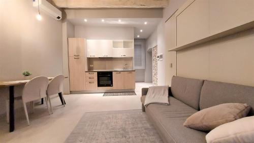 Petronilla House 008055-LT-1202