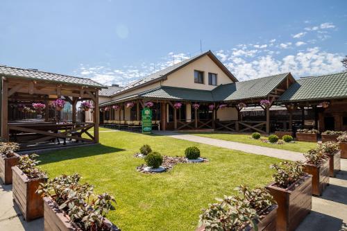 . Praktik Hotel & Restaurant