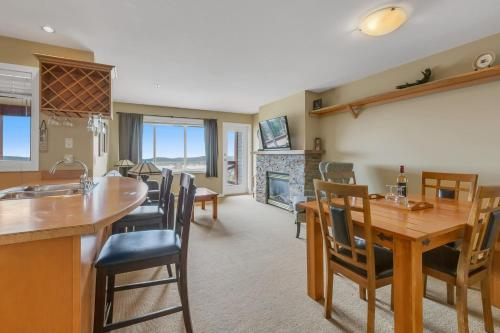Mountain view with private hot tub - Apartment - Big White