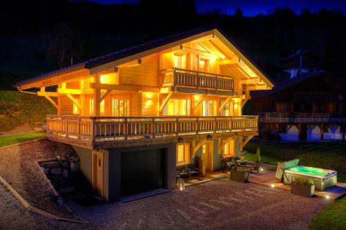 Alpine holiday in luxury chalet for 11 with outdoor jacuzzi valley views & cool for kids features - Chalet - Manigod