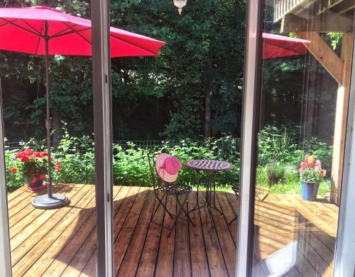chambre spacieuse au calme, salon, kitchenette et terrasse avec vue sur bois entre Annecy et Genève - Accommodation - Villy-le-Pelloux