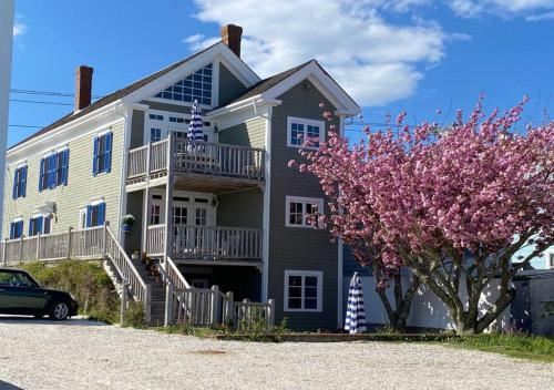 Waterfront-Private Deck-Kitchen- on Commercial Apt - Apartment - Lowell