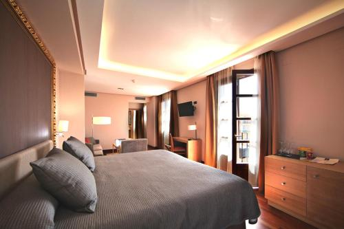 Deluxe King Room Casa Consistorial 23