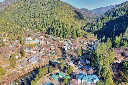 Riverside Mountain Lodge Suite 2 - Queen Kitchenette - Downieville