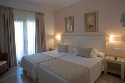 Double Room with Balcony Hotel Doña Lola Zahara 11