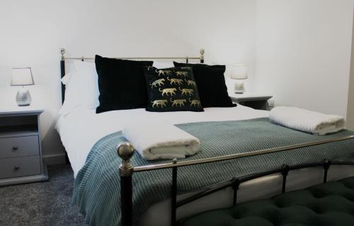 Low Cost, 4 Bed, Pet Friendly Apartment & Parking 08