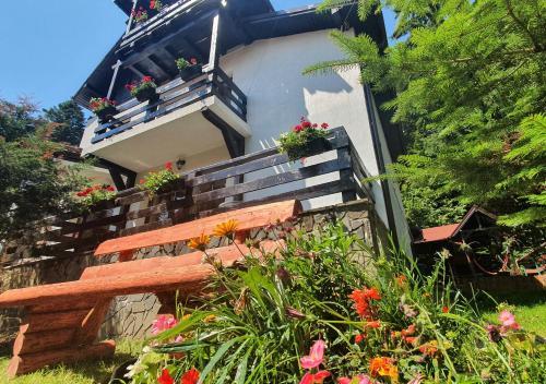 Bucura Vila Sinaia - Self Service BBQ, Outdoor Hot Tub & Playground - Accommodation - Sinaia
