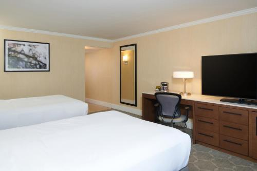 Double Guest Room with Two Double Beds and Balcony