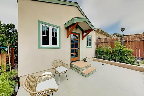 New-Build Cottage with Patio - Walk to Dining cottage - image 4