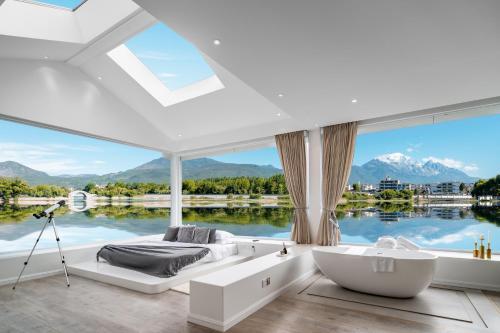 . House & White Lakeside Lodge