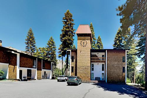 Walk to Ski Lift - Top-Floor Mountain-View Getaway condo - Apartment - Alpine Meadows