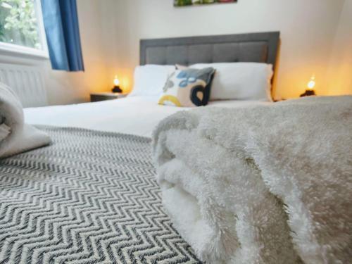. CEDAR HOUSE - Spacious 4Bedroom House 2Bath Kitchen SmartTV Lounge Garden Wifi FreeParking PetsAllowed