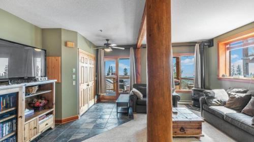 Cozy and Rustic with Private Hot Tub and a Nice View - Apartment - Big White