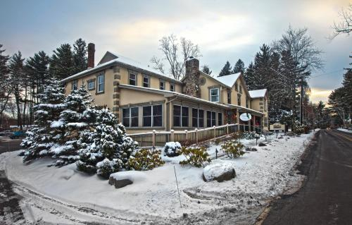 Woodfield Manor Resort: A Sundance Vacations Resort - Henryville, PA 18326