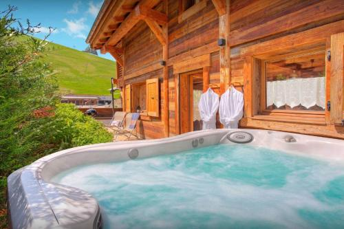 Ski-in Ski-out modern chalet for 10 with outdoor hot tub mountain sunsets & restaurants on your doorstep - Chalet - La Clusaz