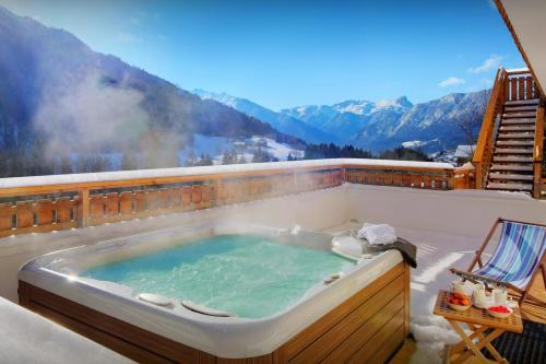 Ideal family mountain chalet for 11 with fabulous views from outdoor jacuzzi cosy feel & games room - Chalet - Saint Jean de Sixt