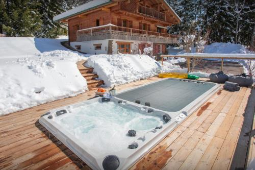 Beautiful renovated chalet for 14 in La Clusaz with sauna outdoor hot tub & stunning mountain views close to slopes - Chalet - La Clusaz