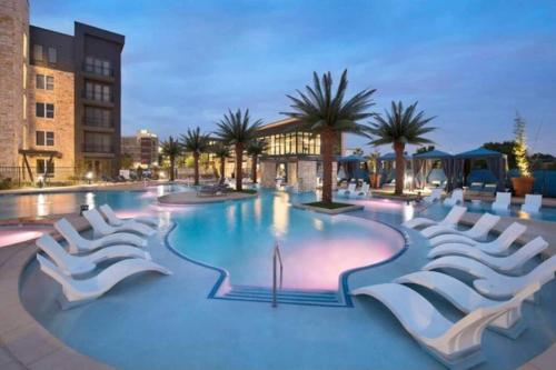 Luxurious Resort Style Condo with Pool - Apartment - Addison
