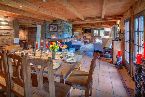 Alpine charm farmhouse for 8 with breathtaking views cosy open fire & kids play area close to village - Chalet - Manigod