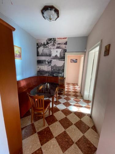 Fantastic 2 Bedroom Apartment - Top Center