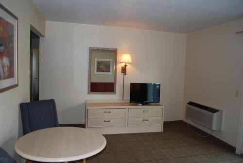 Clinton Inn & Suites - Port Clinton, OH 43452