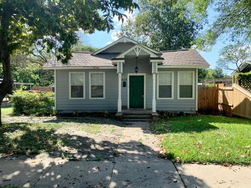 Little Oaks, an antique style cottage in Temple,TX - Accommodation - Temple