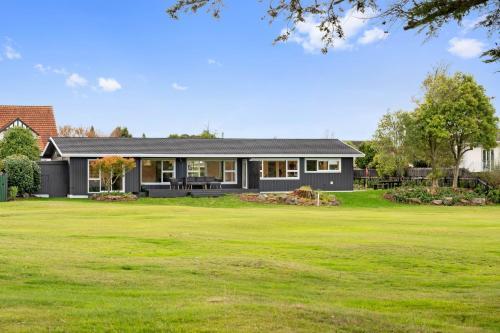 Golf Course Masterpiece with Hot Tub (4bd 3.5bth) - Accommodation - Rotorua