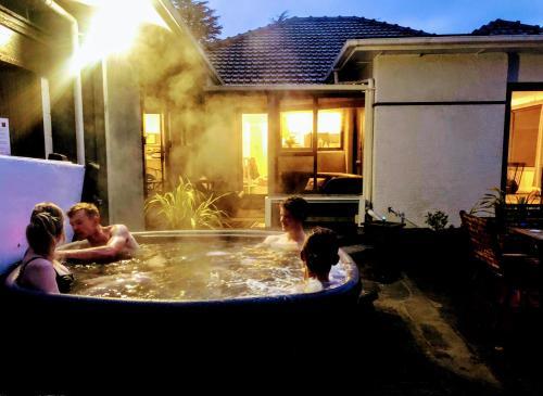 HOT TUB & King Ensuite at Pukeko Cottage - Accommodation - Geraldine