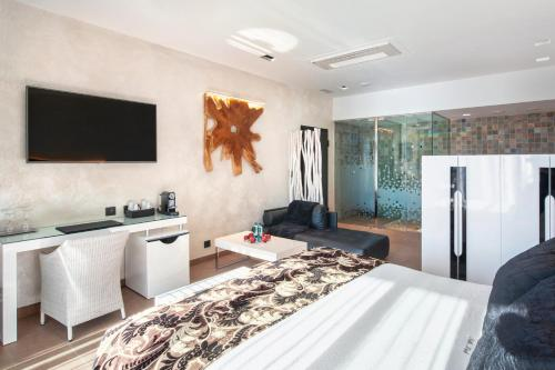 Suite with Jacuzzi® and Private Garden Suites Natura Mas Tapiolas 30