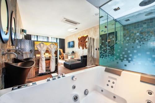 Suite with Jacuzzi® and Private Garden Suites Natura Mas Tapiolas 22