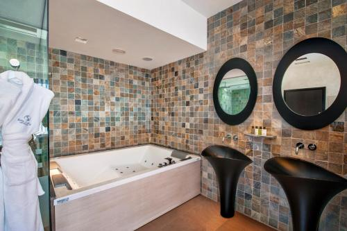 Suite with Jacuzzi® and Private Garden Suites Natura Mas Tapiolas 26