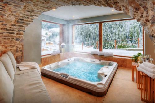 Luxury chalet sleeps 15 for perfect mountain holiday with sauna hot tub & ensuite bedrooms - Chalet - La Giettaz en Aravis