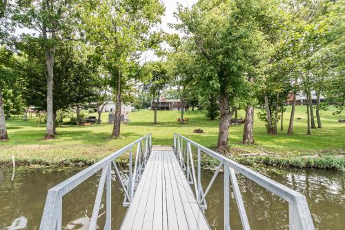 Lakefront Home Firepit & Deck - Gallatin