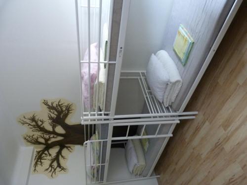 Односпальная кровать в общем номере с 4 кроватями и общей ванной комнатой