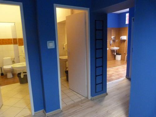 Односпальная кровать в общем номере с 6 кроватями и общей ванной комнатой