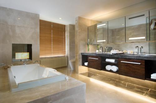 Fraser Suites Top Glory Shanghai Представительский люкс с 3 спальнями