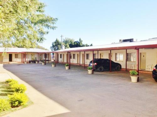 . Longreach Motel
