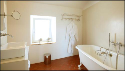 Deluxe Double Room with Bath and Shower and Garden View