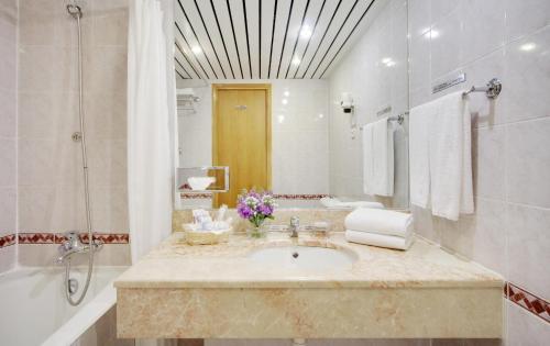 Marins Park Hotel Sochi Улучшенный двухместный номер с 2 отдельными кроватями