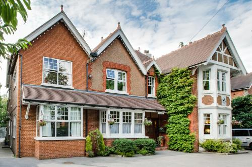 Springwood Guest House, 58 Massetts Road, Horley, Nr Gatwick, England.