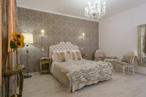 Interior Double Room Hostal Central Palace Madrid 19