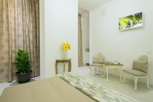 Interior Double Room Hostal Central Palace Madrid 27
