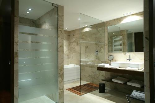 Habitación Deluxe con acceso al Spa Finca Prats Hotel Golf & Spa 10