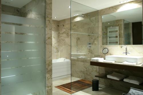 Habitación Deluxe con acceso al Spa Finca Prats Hotel Golf & Spa 11