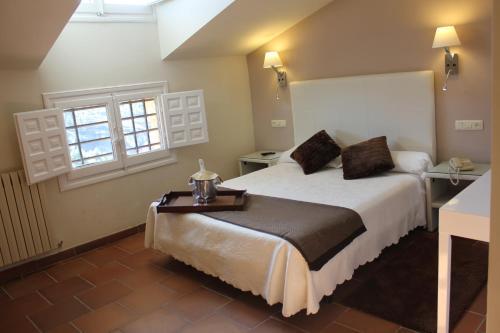 Double or Twin Room with View Hotel Leonor de Aquitania 18