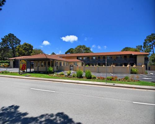 Super 8 By Wyndham Monterey/Carmel - Monterey, CA 93940