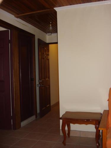 Hotel La Guaria Inn & Suites стая снимки
