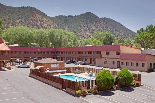 . Glenwood Springs Cedar Lodge