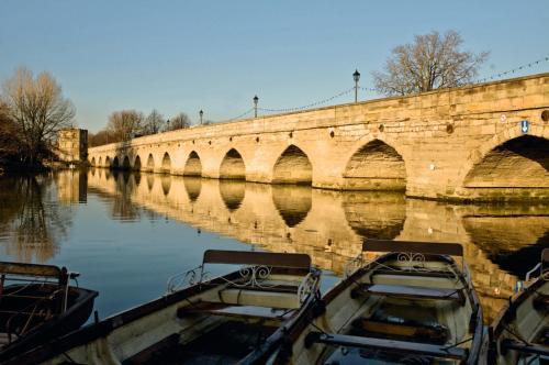 Clopton Bridge, Stratford-upon-Avon, Warwickshire CV37 7HP, England.