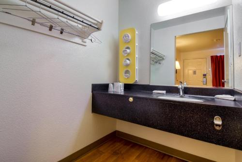 Motel 6 Escondido - Escondido, CA 92025